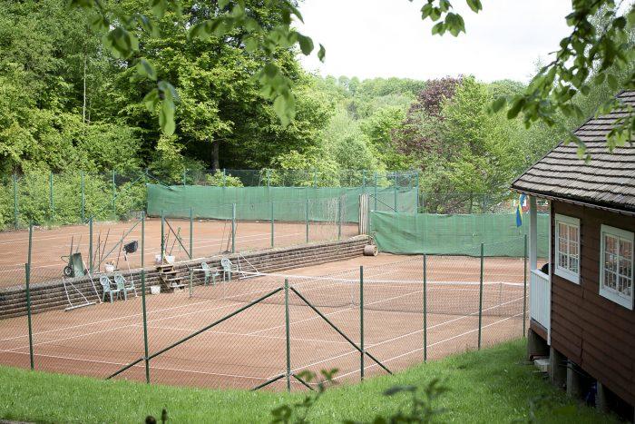Tennis grusbanor vid hotellet